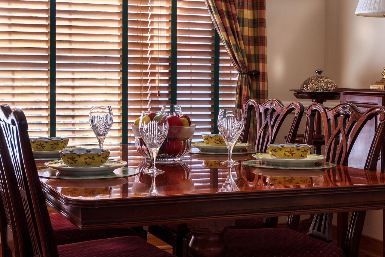 Ako vybrať tie najlepšie jedálenské stoličky? Dôležitý je materiál, štýl, no najmä tvar!