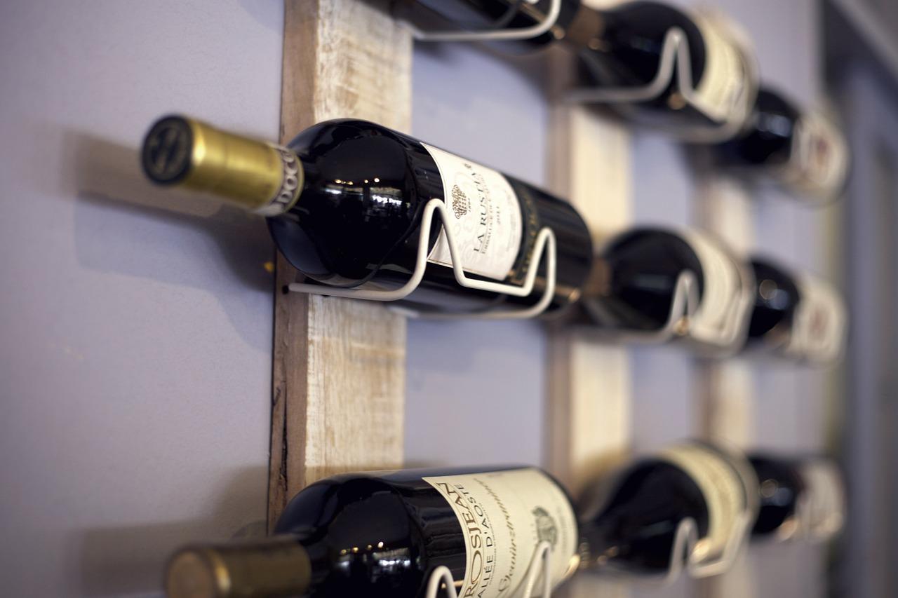 Stojany na víno ako praktický doplnok aj zaujímavá dekorácia