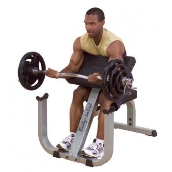 Chcete mať objemné bicepsy? Scottova lavica sa zmestí kdekoľvek do domácnosti a je na to ideálny pomocník