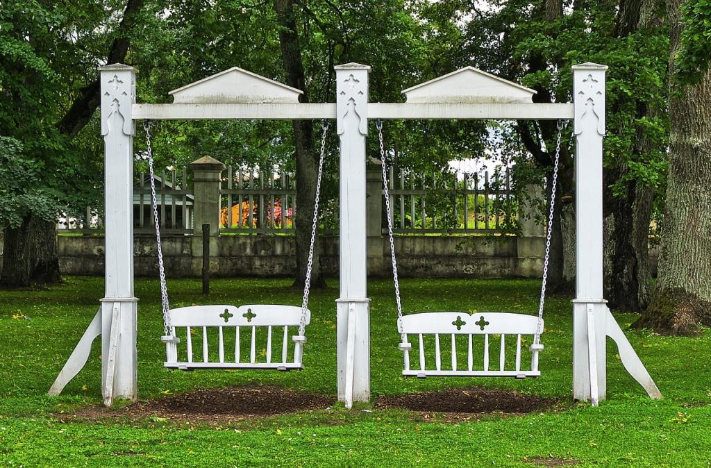 Záhradná hojdačka ako dizajnové relaxovanie aj zaujímavý doplnok