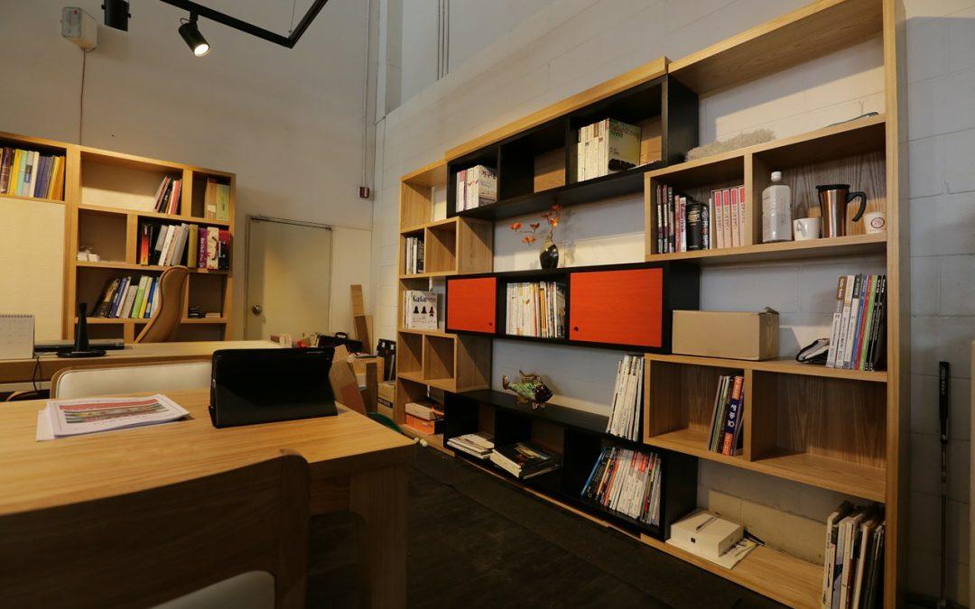 Kancelárske skrine a skrinky nemusia byť len funkčným zariadením, ale aj štýlovým nábytkom