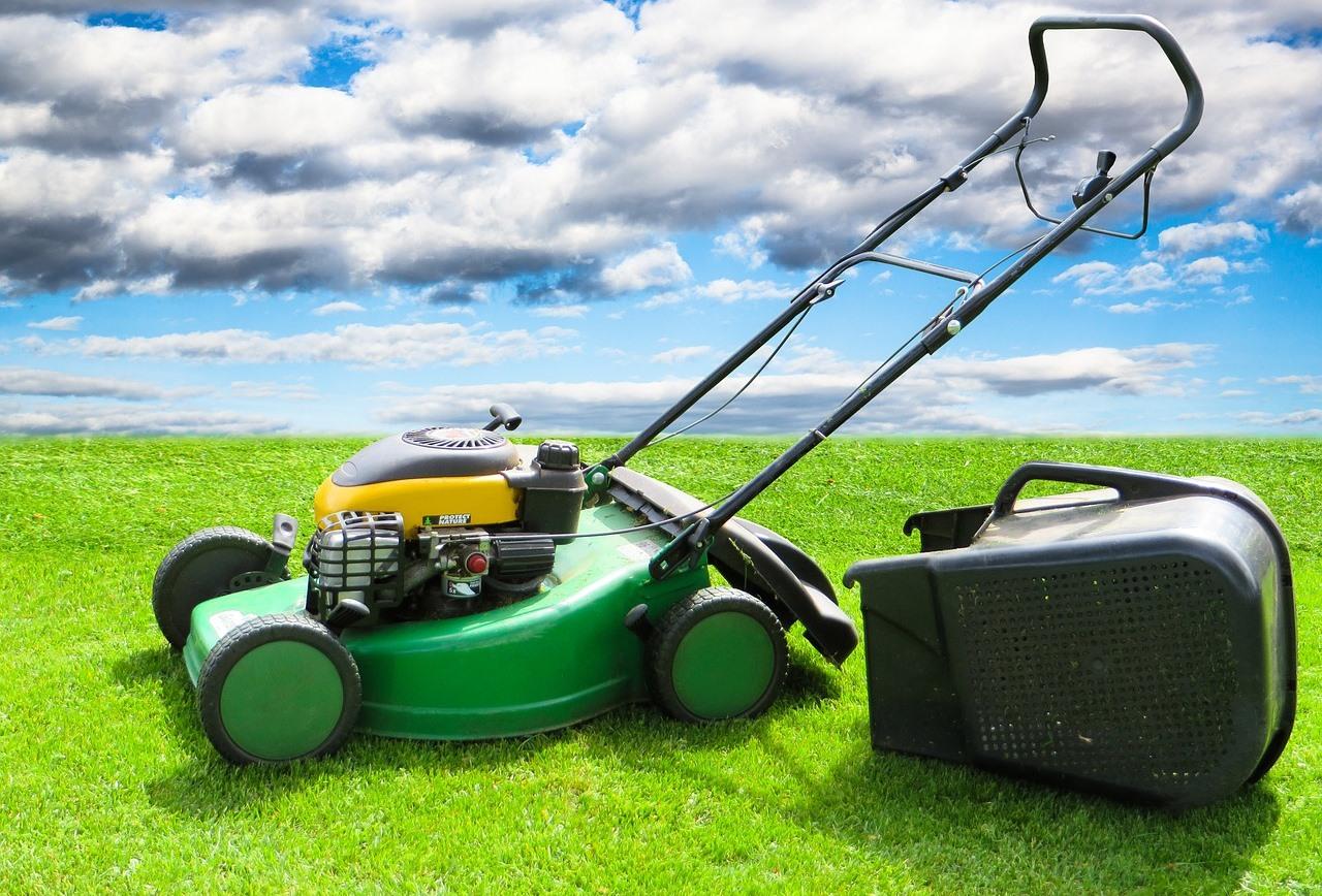Benzínové kosačky na pohodlné udržiavanie trávnika väčšej záhrady. Podľa čoho ich vybrať?