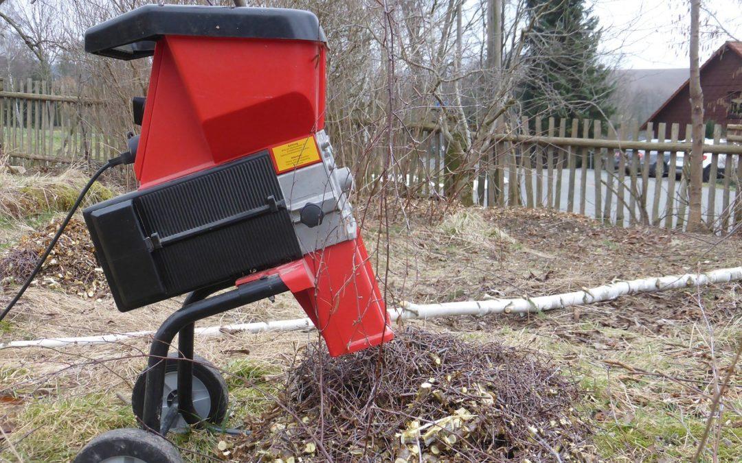 Drvič konárov vám do záhrady vnesie poriadok. Oplatí sa viac ako štiepkovač?