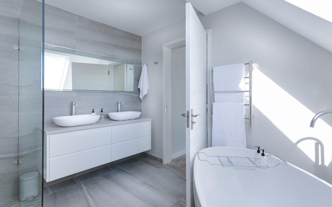 Skrinky do kúpeľne sú základným kúpeľňovým nábytkom. Vyberte si takú, ktorá dodá miestnosti šmrnc