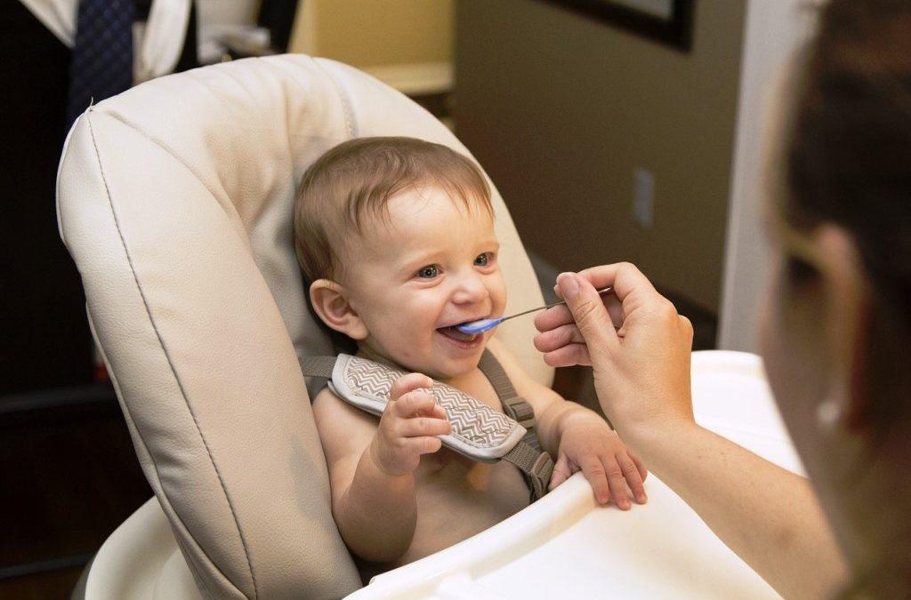 Stolička na kŕmenie je nutnou výbavou pre každé dieťa. Ako vybrať tú správnu?
