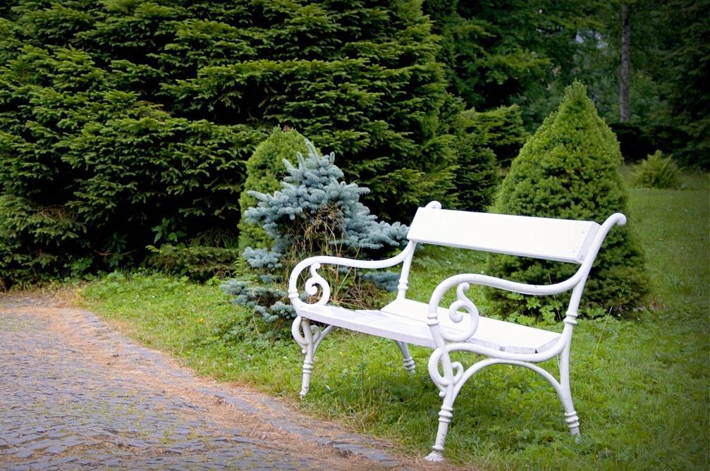 Záhradná lavička ako praktické i dekoračné sedenie