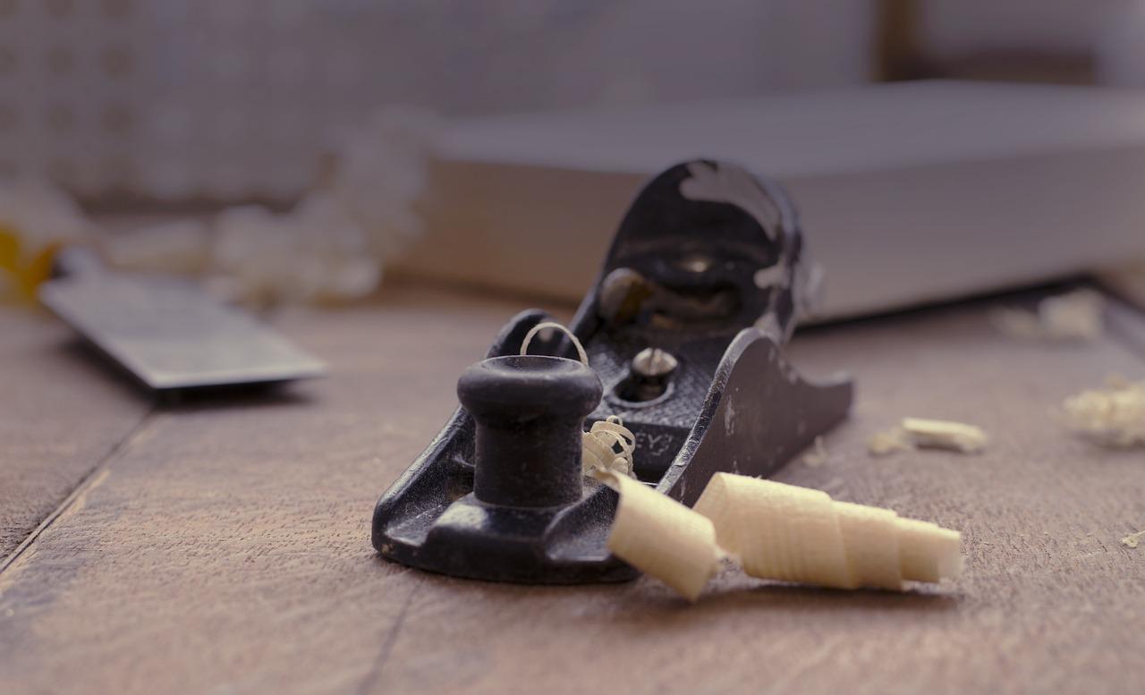 Elektrický hoblík premení rýchlo a jednoducho neopracované drevo na vytúžený výsledok